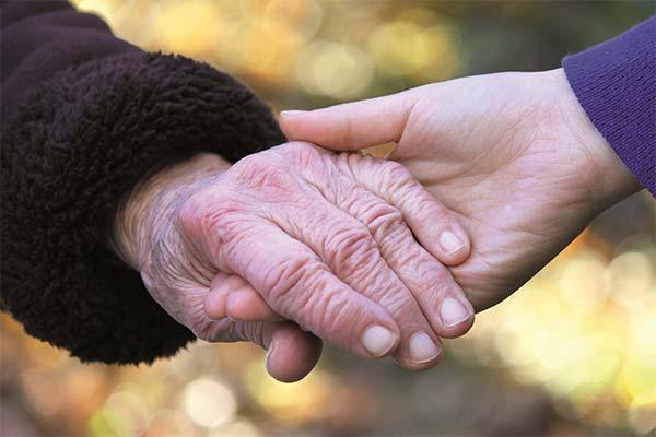 Держать бабушку за руку во сне