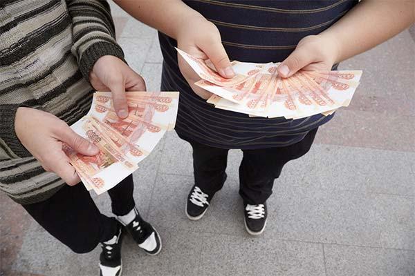 Держать деньги в руках