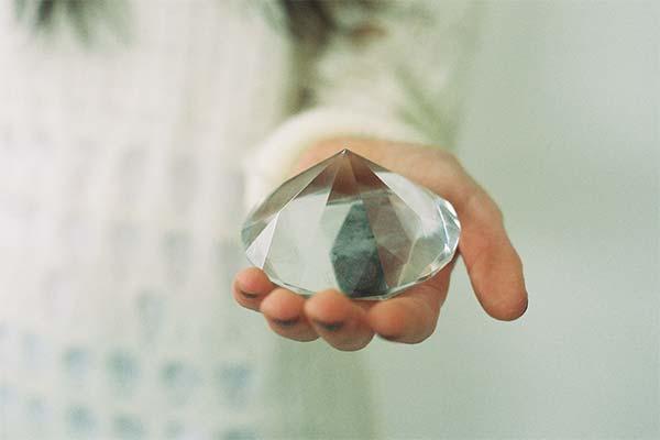 Держать в руках бриллианты