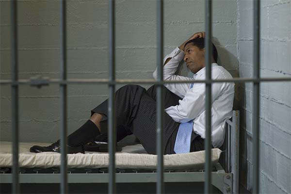 Лежать на кровати в тюрьме