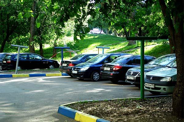 Машины во дворе