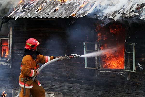 Сонник тушить пожар