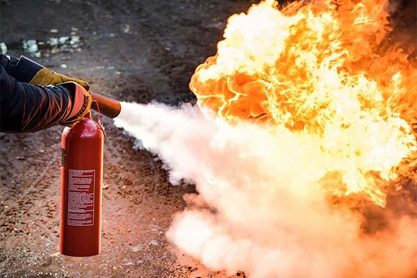 Тушить пожар огнетушителем