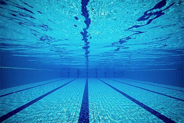 Сонник бассейн с чистой голубой водой