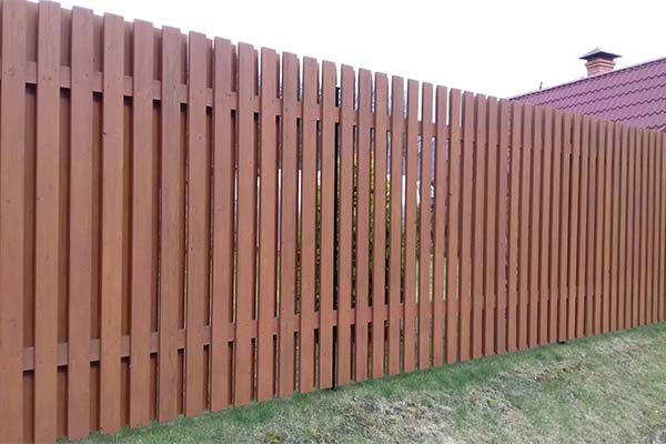 Сонник деревянный забор