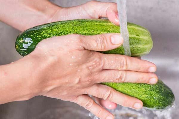 Сонник мыть огурцы