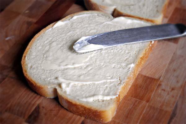 Сонник намазывать сметану на хлеб