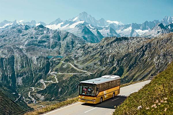 Сонник спускаться с горы в автобусе