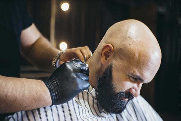 Брить голову в парикмахерской