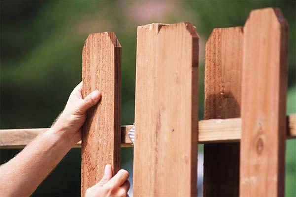 Сонник чинить забор
