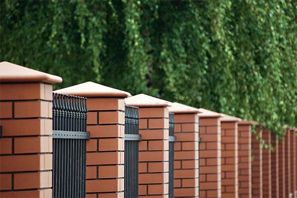 Сонник кирпичный забор