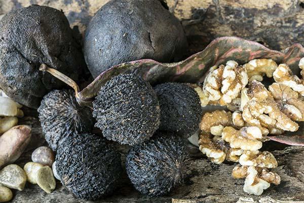 Черные грецкие орехи