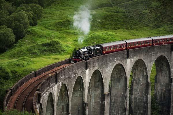 Ехать в поезде по высокому мосту