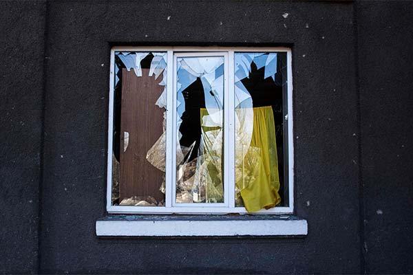 Сонник бить окно