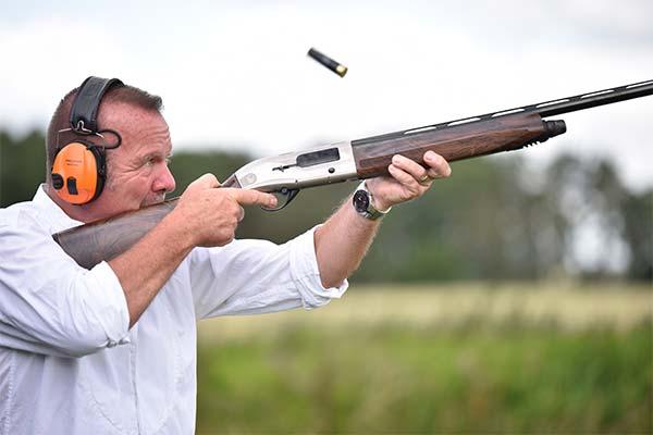 Стрелять из оружия